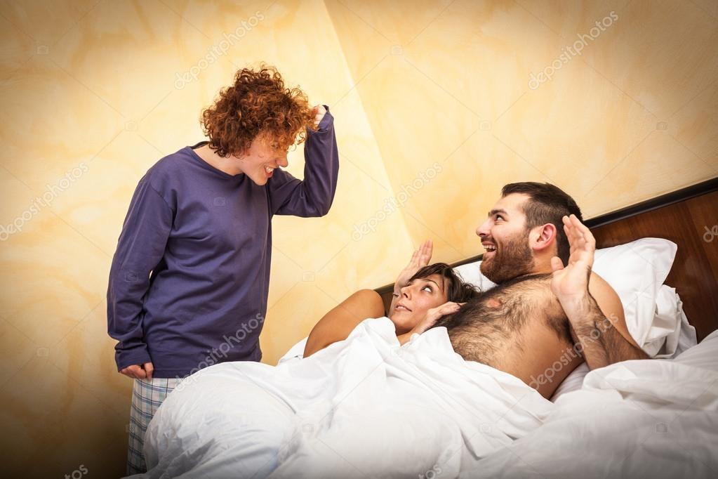 Порно жена застукивает мужа за порно журналом видео