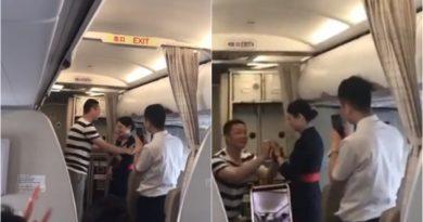 Видео: Авиокомпанијата ја избрка од работа, откако момчето ја запроси во авион