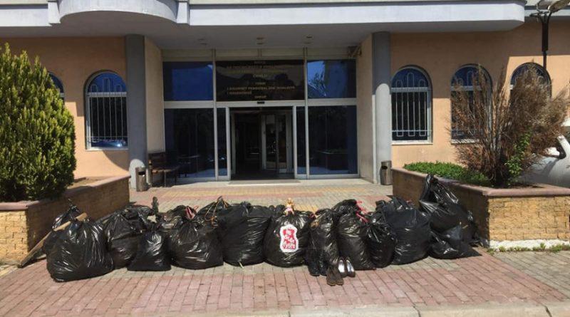 """""""Не биди ѓубре"""" во нова работна акција: Им го собраа ѓубрето околу ПИОМ и им го оставија пред врата"""