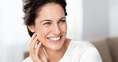 Производите кои содржат хијалуронска киселина и витамин Ц помагаат во осветлување на кожата, намалување на брчките и изедначување на тенот!